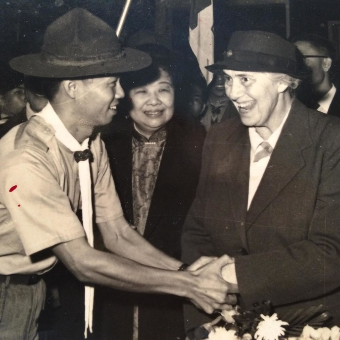 Olave Baden-Powell visited Taipei, Taiwan on 27 November 1962. Upon her arrival at the Taipei Songshan Airport, she was greeted by the then Troop 36 of Taipei City Council/Scouts of China (Taiwan) Scoutmaster, Chen-Yen Ying. Ying was subsequently appointed as the Secretary General of Scouts of China from 1986 – 1989.  This photo was taken by Hui-Yu Kuo from the Central Daily New Taiwan newspaper and was provided to the World Scout Bureau through the courtesy of Chen-Yen Ying.