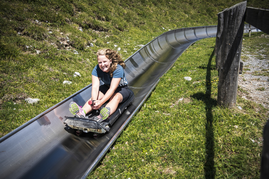 Participants of the International Rover week discover the  Alpine Slide in Öschinensee