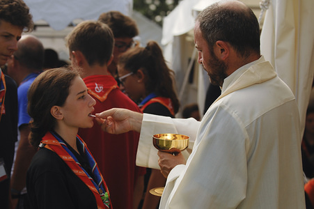 Joven de la Delegacion de Italia recibe la comunion en la Santa Misa