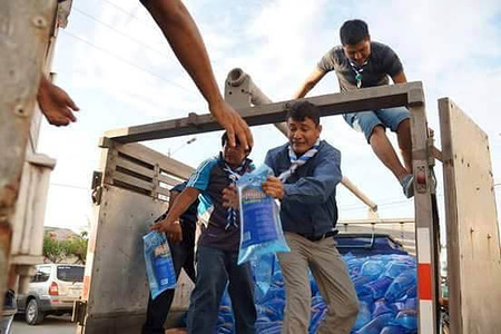 Scouts in action! Scout groups in Ecuador support earthquake survivors by distributing essential items and raising funds.