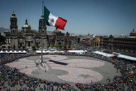 10'000 Mexican Scouts collected over 1.8 million softdrink cans to make the biggest fleur-de-lille ever on the main square in Mexico City. One of the highlights of the 71st BP Fellowship Event & 2018 WSF Investor Conference.