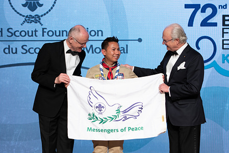 Prakash Raj Pandey presents the Messengers of Peace flag he took to the summit of Mt. Everest to HM The King of Sweden & Lars Kolind